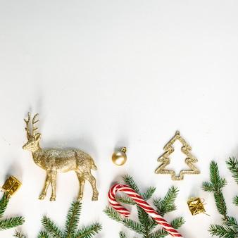 Boże narodzenie lub nowy rok tło, świąteczny skład ozdób choinkowych i gałęzi jodły, puste miejsce na tekst powitania, copyspace. pocztówka