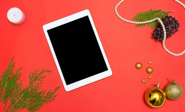 Boże narodzenie lub nowy rok tło tabletu ipad: gałęzie jodły, złote bombki, dekoracja i stożki