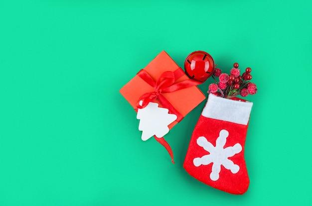 Boże narodzenie lub nowy rok z pudełkiem, tortem karmelowym z cukierkami i dekoracjami