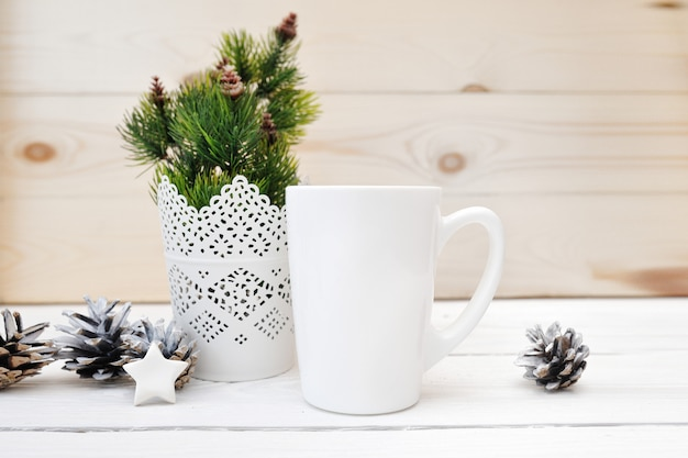 Boże narodzenie makieta stylizowany obraz produktu biały kubek, scena bożonarodzeniowa