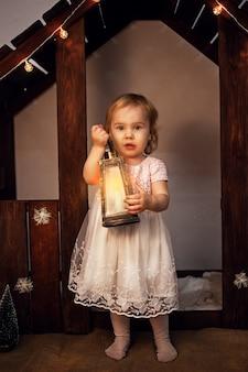 Boże narodzenie, mała dziewczynka z magiczną latarką, świeczką. magiczny nowy rok, sztuka