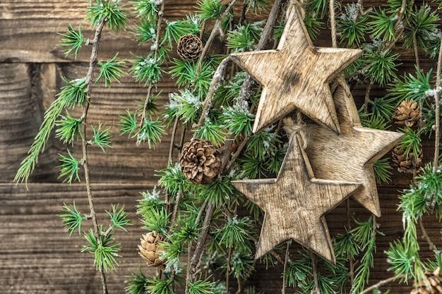 Boże narodzenie martwa natura drewniane ozdoby i gałęzie sosny. tło wakacje. dekoracje w stylu retro
