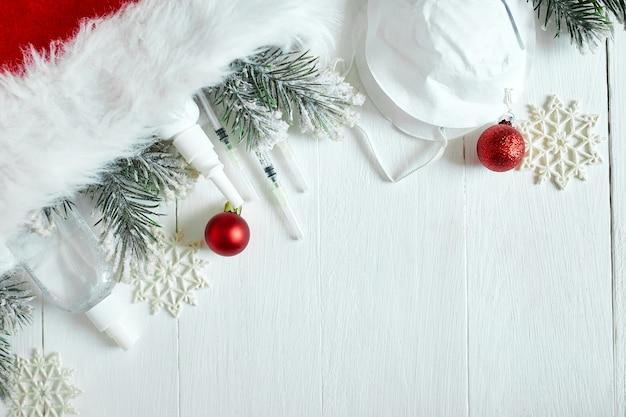 Boże narodzenie medyczny koronawirus płaski leżał, ochronna maska na twarz, pigułki, środki antyseptyczne, dekoracja na białym tle, motyw nowego roku widok z góry, minimalizm, płaski układ, koncepcja covid i szczęśliwego nowego roku