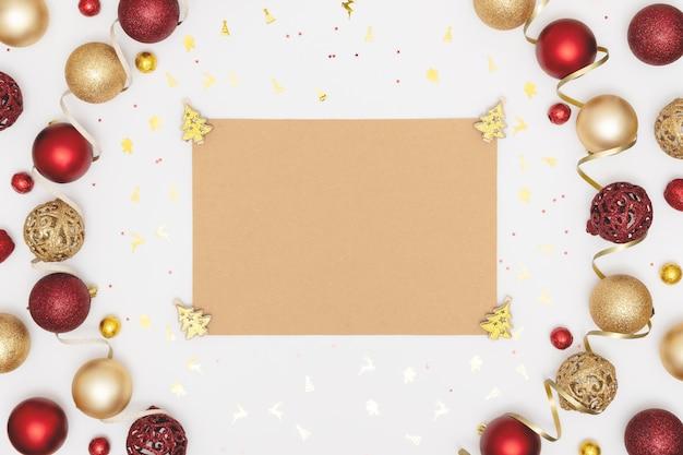 Boże narodzenie mieszkanie leżało z dekoracjami i pustym arkuszem papieru.