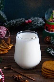 Boże narodzenie mleko dla mikołaja na podłoże drewniane z miejsca na kopię