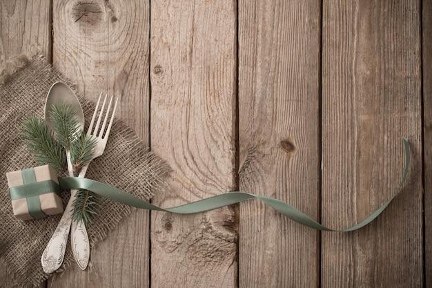 Boże narodzenie nakrycie stołu na podłoże drewniane
