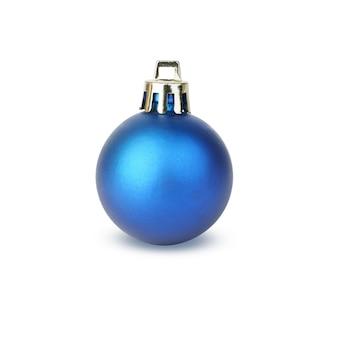 Boże narodzenie niebieski matowa piłka na białym tle. świąteczna dekoracja na drzewko