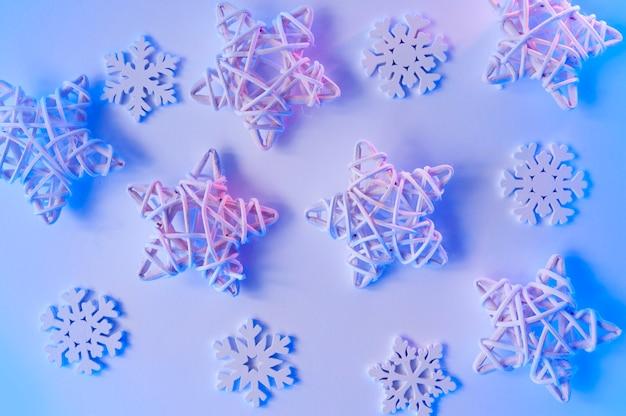 Boże narodzenie niebieskie neonowe drewniane gwiazdy i płatki śniegu