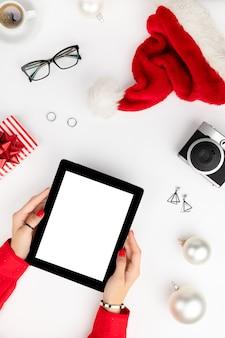 Boże narodzenie nowy rok modne ubrania i akcesoria. koncepcja sprzedaży zakupów online