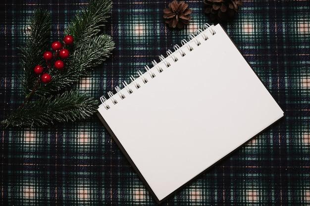 Boże narodzenie nowy rok papieru ramki, styl flatley z widokiem z góry z ozdób choinkowych z szyszek, gałęzi jodły na tle w klatce, miejsce na twój tekst.