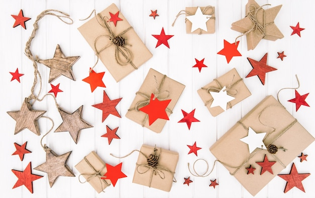 Boże narodzenie płasko leżał. ekologiczne zapakowane prezenty z dekoracją w czerwone gwiazdki