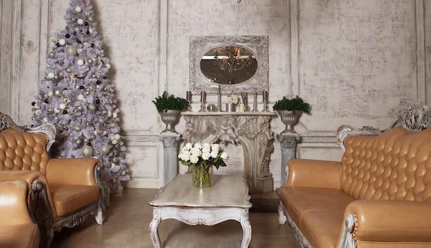 Boże narodzenie pokój dzienny z drzewem. stonowany na niebiesko. wesołych świąt.