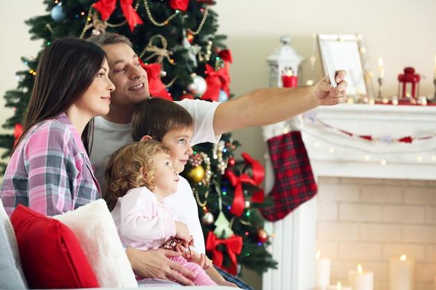 Boże narodzenie portret rodziny w salonie domu wakacje. koncepcja selfie