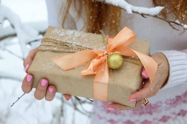 Boże narodzenie - prezent w rękach dziewczynki
