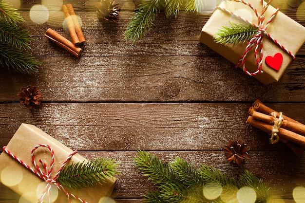 Boże narodzenie prezenty pudełka z gałęzi jodłowych na powierzchni drewnianych