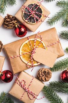 Boże narodzenie prezenty zero waste z przywieszki, bombki, suszone owoce i gałązki jodły