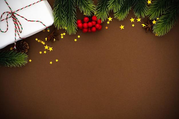 Boże narodzenie pudełko i dekoracje na tle brązowego papieru