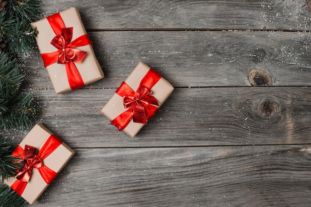 Boże narodzenie pudełko. prezenty świąteczne w pudełkach na białym drewnianym stole. mieszkanie leżało z miejscem na kopię.