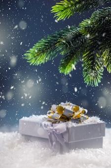 Boże narodzenie pudełko z prezentami w abstrakcyjnej śnieżnej scenie