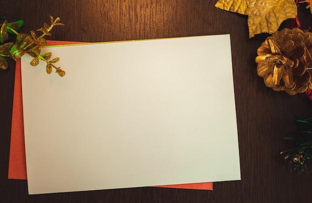 Boże narodzenie pusta kartka z rozmazanym tłem z mikołajem, prezentami i ozdób choinkowych. miejsce na tekst.