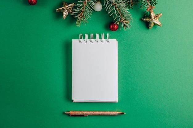 Boże narodzenie puste puste miejsce na list do świętego mikołaja, lista kontrolna lub lista życzeń, aktywność adwentowa na zielono