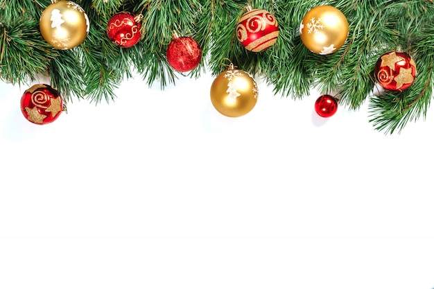 Boże narodzenie rama, gałęzie drzewa ze złotymi i czerwonymi kulkami na białym tle. izolować.