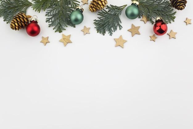 Boże narodzenie rama wykonana z gałęzi jodłowych i kulek. świąteczna tapeta. leżał na płasko, widok z góry, miejsce na kopię