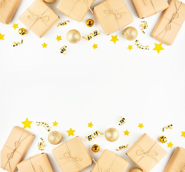 Boże narodzenie ramka z prezentów i zabawek nowego roku na białym tle. transparent nowy rok. kopia miejsca