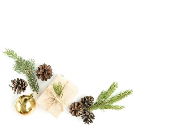 Boże narodzenie skład bombki, pudełko, szyszki i gałęzie jodły na białym tle na białej powierzchni. leżał na płasko, widok z góry, miejsce na kopię
