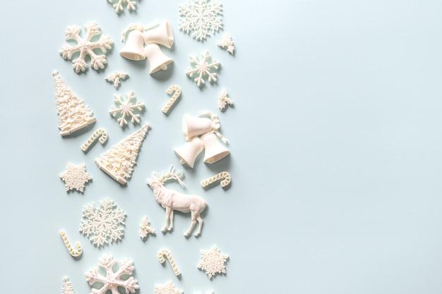 Boże narodzenie skład dekoracji białe zabawki na czerwonym tle.