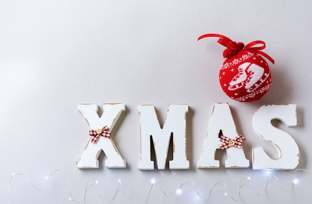 Boże narodzenie skład z literami dekoracji xmas i nowy rok na szarym tle.