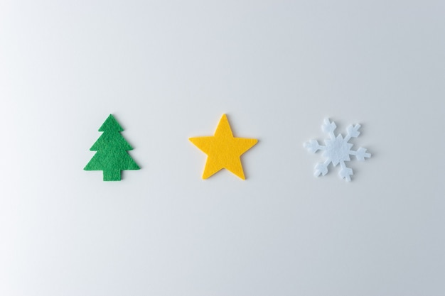 Boże narodzenie skład z różnych rzeczy zimowych i noworocznych na białym tle.