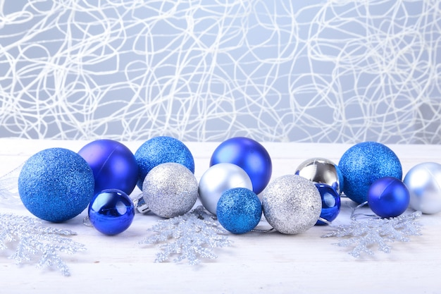 Boże narodzenie srebrne i niebieskie kulki na srebrnym tle