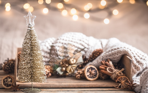 Boże narodzenie świąteczny wystrój martwa natura na podłoże drewniane, pojęcie komfortu w domu i wakacje