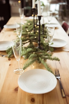 Boże narodzenie, święta i koncepcja jedzenia - stół serwowany na świąteczną kolację w domu