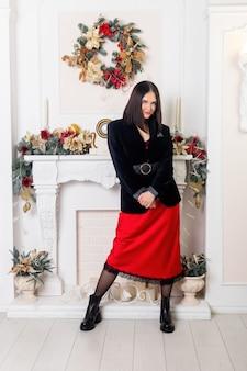 Boże narodzenie święty mikołaj. piękna uśmiechnięta kobieta model.