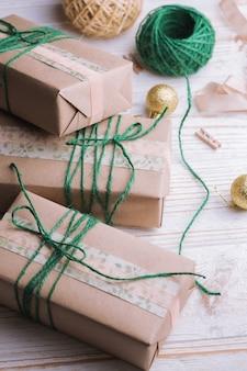 Boże narodzenie tła. prezenty i wystrój świąteczny na drewnianym tle.