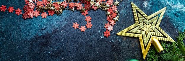 Boże narodzenie tło nowy rok zabawki świerkowe i złote blichtr światła