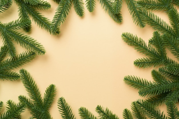 Boże narodzenie tło wakacje z miejsca kopiowania tekstu reklamowego. gałęzie jodły na kolor tła. płaski układanie, widok z góry
