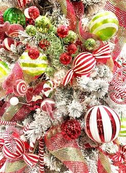 Boże narodzenie tło z czerwonymi i zielonymi dekoracjami wakacyjnymi.