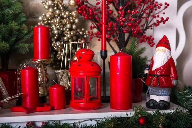 Boże narodzenie tło z czerwonymi świecami i dekoracją