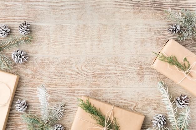 Boże narodzenie tło z dekoracjami i pudełkami na drewnianym stole. płaski świeckich, widok z góry. kompozycja świąteczna