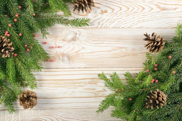 Boże narodzenie tło z gałęzi jodłowych na drewnianym stole