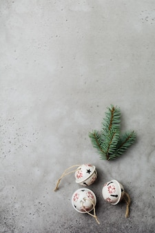 Boże narodzenie tło z gałęzi jodły i szyszki na jasnym betonowym starym tle tabeli. selektywne skupienie. widok z góry z miejsca na kopię.