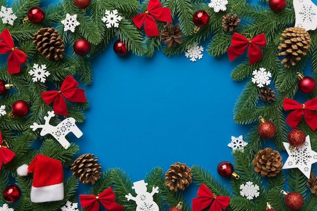 Boże narodzenie tło z gałęzi jodły i wystrój świąteczny. widok z góry, skopiuj miejsce na tekst