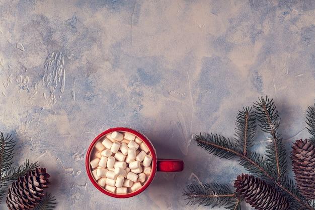 Boże narodzenie tło z gorącym kakao i ptasie mleczko