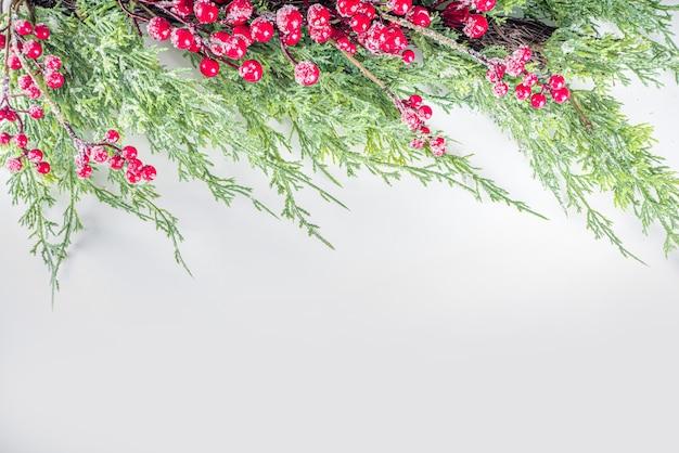 Boże narodzenie tło z jodły, czerwone zimowe jagody i szyszki