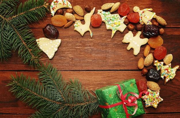 Boże narodzenie tło z piernikowymi ciasteczkami z orzechami i owocami