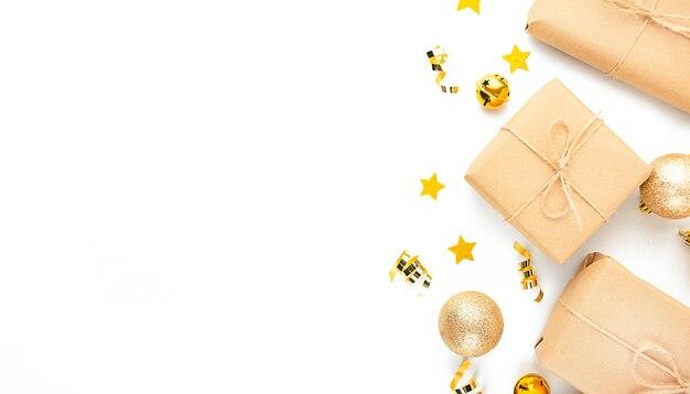 Boże narodzenie tło z prezentów i zabawek noworocznych na jasnym tle. transparent. skopiuj miejsce.