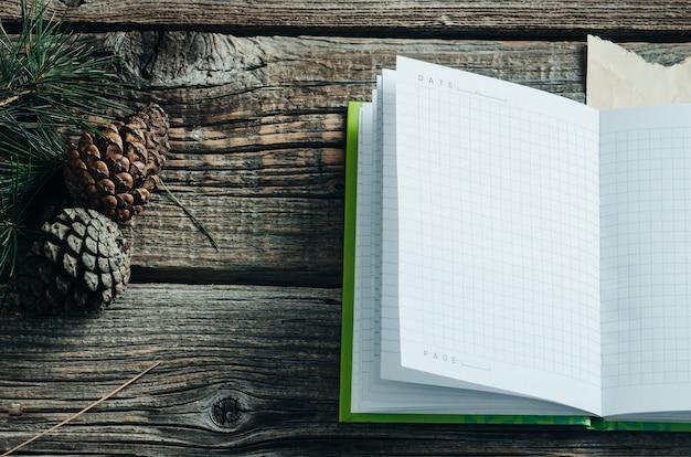 Boże narodzenie tło z pustym notatnikiem, gałęzie jodły i dekoracje. miejsce na tekst. widok z góry.